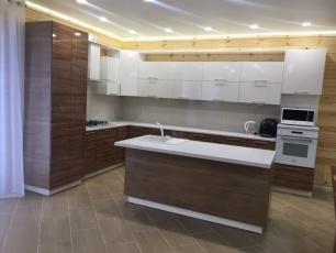 Белая угловая кухня с коричневым фасадом