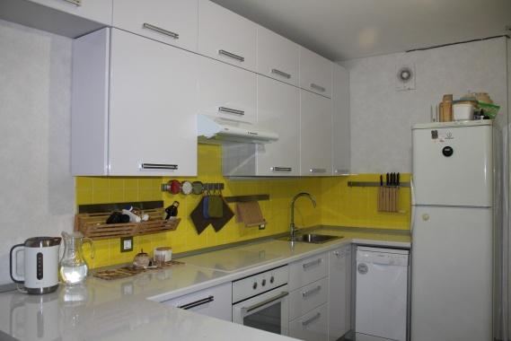 Кухня угловая белая итальянский пластик