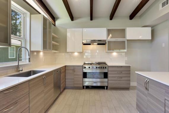 Бежевая в полоску угловая кухня с белой столешницей