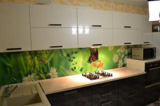 Угловая кухня с фотопечатью и белыми фасадами