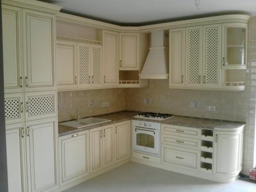 Кухня угловая с белыми фасадами массив