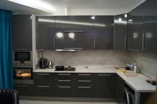 Угловая кухня на заказ глянцевая серая