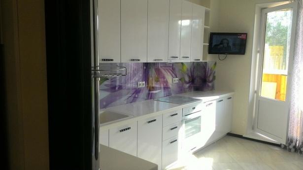 Прямая кухня глянцевая белая эмаль